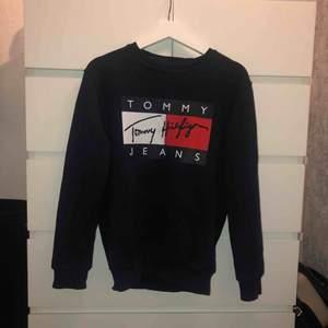 En Tommy hilfiger sweatshirt (FAKE) köpt i Grekland för ett par månader sen. En marinblå färg med tryck på. En snygg lite overzize tröja för en som har XS/S, passar även en med storlek M:)