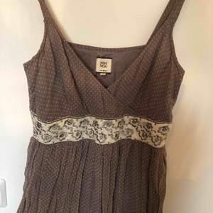 Bohemisk långklänning från Noa Noa med underkjol, storlek S. Jätte vacker till ett sommar bröllop eller bara en härlig sommardag. Super vacker och fint skick.