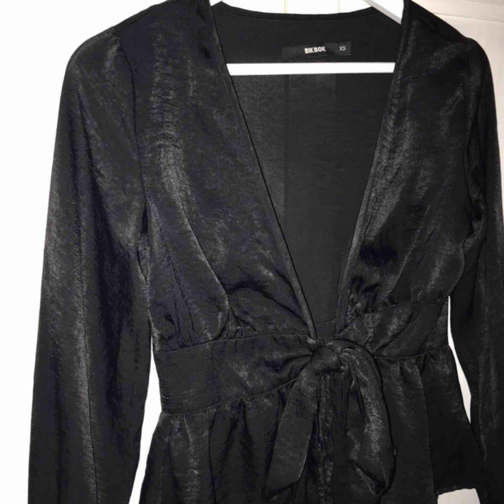 FRAKT INKLUDERAT I PRIS, säljer denna fina satinskjortan från bikbok. Skjortor.