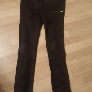 Svarta jeans. Storlek w28 L 32 Dragkedjan i jeansen är sönder. Går att laga. 3 fickor fram och 2 bak. Märke. Serious sally Köparen betalar frakt om de ska skickas och jag samfraktar med mina andra annonser.