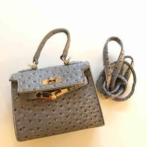 Väska från Josefin Lavold x CROSSBODY. endast använd på denna bild. Köparen står för frakten. 50kr eller 63kr spårbart :)