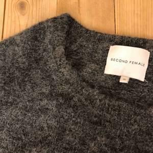 Finstickad tröja från second Female! Jättefin😍 storlek m men passar lika bra till en S  Köparen står för frakt