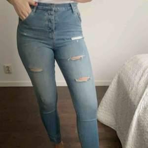 Boyfriend-jeans från Crocker Jeans. Jag är en 27/30 och har använt dessa som tighta jeans så funkar bra som båda✨