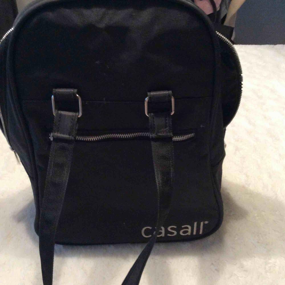 Casall tränings väska,stängs med två dragkedjor eller en, en metall bit lossnat från gragkedjan ,påverkar inte dragkedje funktion.. Väskor.
