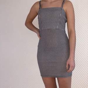 Säljer denna fina klänning som passar både till vardags och fest. Strl XS