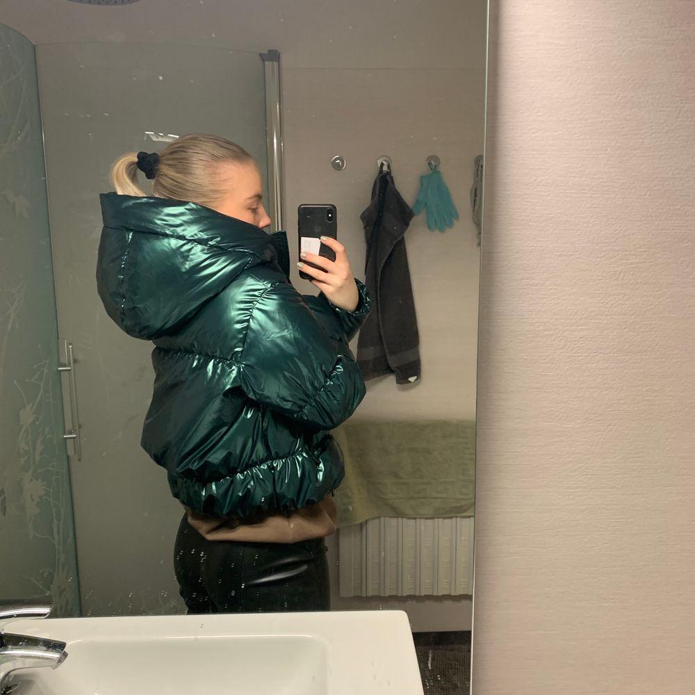 Säljer min snygga zara jacka. Jackan är helt oanvänd och är som ny!! Det är en mellan glansig jacka i en grön färg, sitter väldigt skönt och luvan är stor och mysig. Frakten är runt 100kr 🤩🤩 buda i kommentarerna❤️❤️. Jackor.