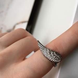 Denna ring. Ärvd från 90-talet, denna ring är extremt unik och gudomlig att kolla på. Den har en vintage sliten look, som gör den mer tilltalande. Väldigt vacker ring <33