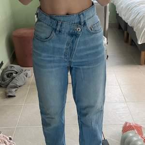 Jeans från Collusion, köpta på Asos. Storlek w24 l32. Endast använda en gång så dom är som nya! Har klippt de där nere för att få de lite mer raka i benen
