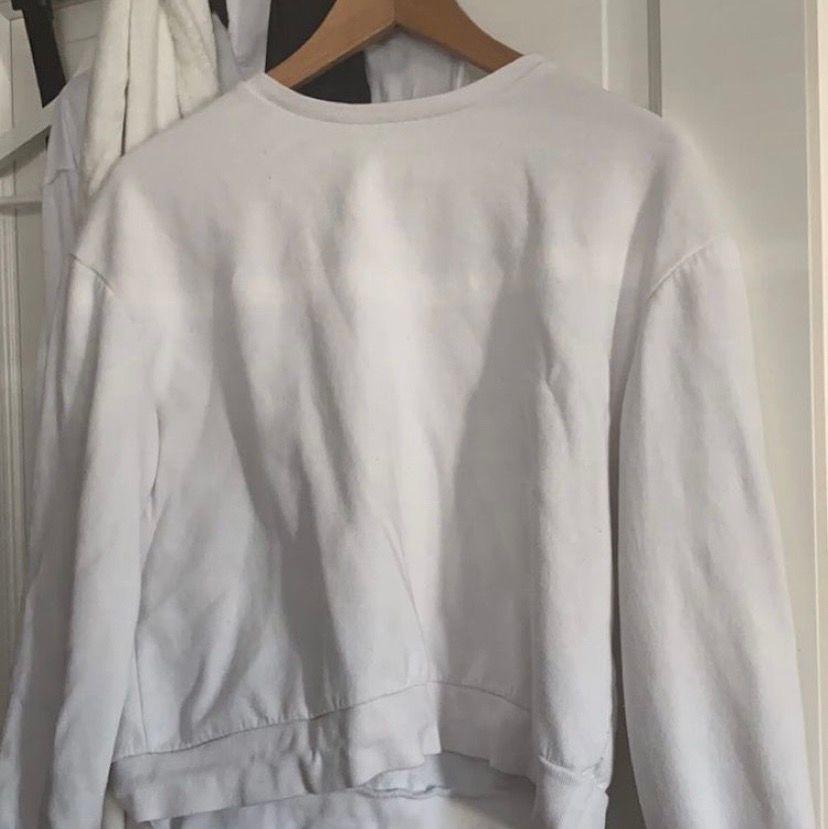 Säljer denna sweatshirt från zara. Den är lite nopprig men annars inget annat. Har inte använt den på ett år så säljer vidare den:). Tröjor & Koftor.