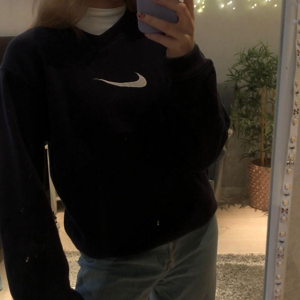 Säljer min snygga Nike sweatshirt! Buda från 350kr och höj 20 för varje🤍 kan möjligen komma fram med ett direktpris om nån är intresserad🤍✨. Tröjor & Koftor.