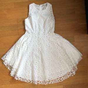 Spets klänning i vitt, den sitter extremt fint på. Passar bra till olika tillfällen som en fest klänning, skolavslutnings klänning eller bara vanlig sommar klänning