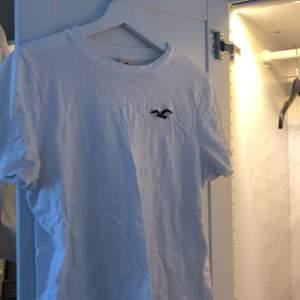 Enkel vit t-shirt. Köptes för ett tag sen och säljes för min lillebror växt ur den. Vid köp av flera t-shirts får du rabatt!