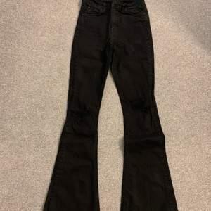 Jättefina bootcut jeans som har en väldigt fin passform. I bra skick, då jag har använt dem några gånger.
