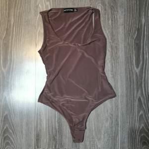 Fin body i stretchmaterial från prettylittlething i brunrosa ton 💜 var för liten på mig så har inte använt den!