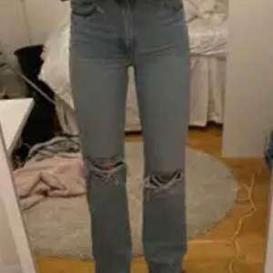 Super snygga raka jeans som jag köpt här på plick men passade tyvärr inte i midjan, de passar på folk bäst som är 170-180 typ men man kan såklart klippa av dom med❤️