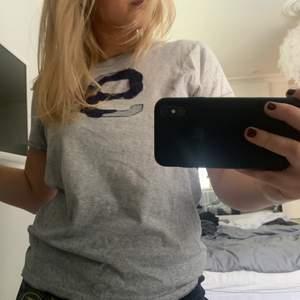 Snygg T-shirt från Abercrombie, köpt på killavdelningen men fungerar lika bra för tjejer 💖💖 frakt tillkommer 💜