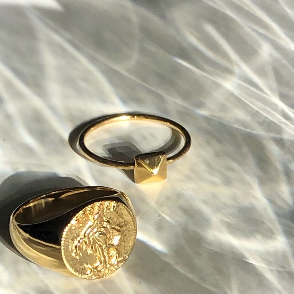 Super fin ring med en nit på, i storlek 18 och är från Safira. Den är gulplaterad 18k guld, super bra då den inte tappar färg eller blir missfärgad. Aldrig använd, ordinarie pris 349kr. Fraktar ✨✨. Accessoarer.