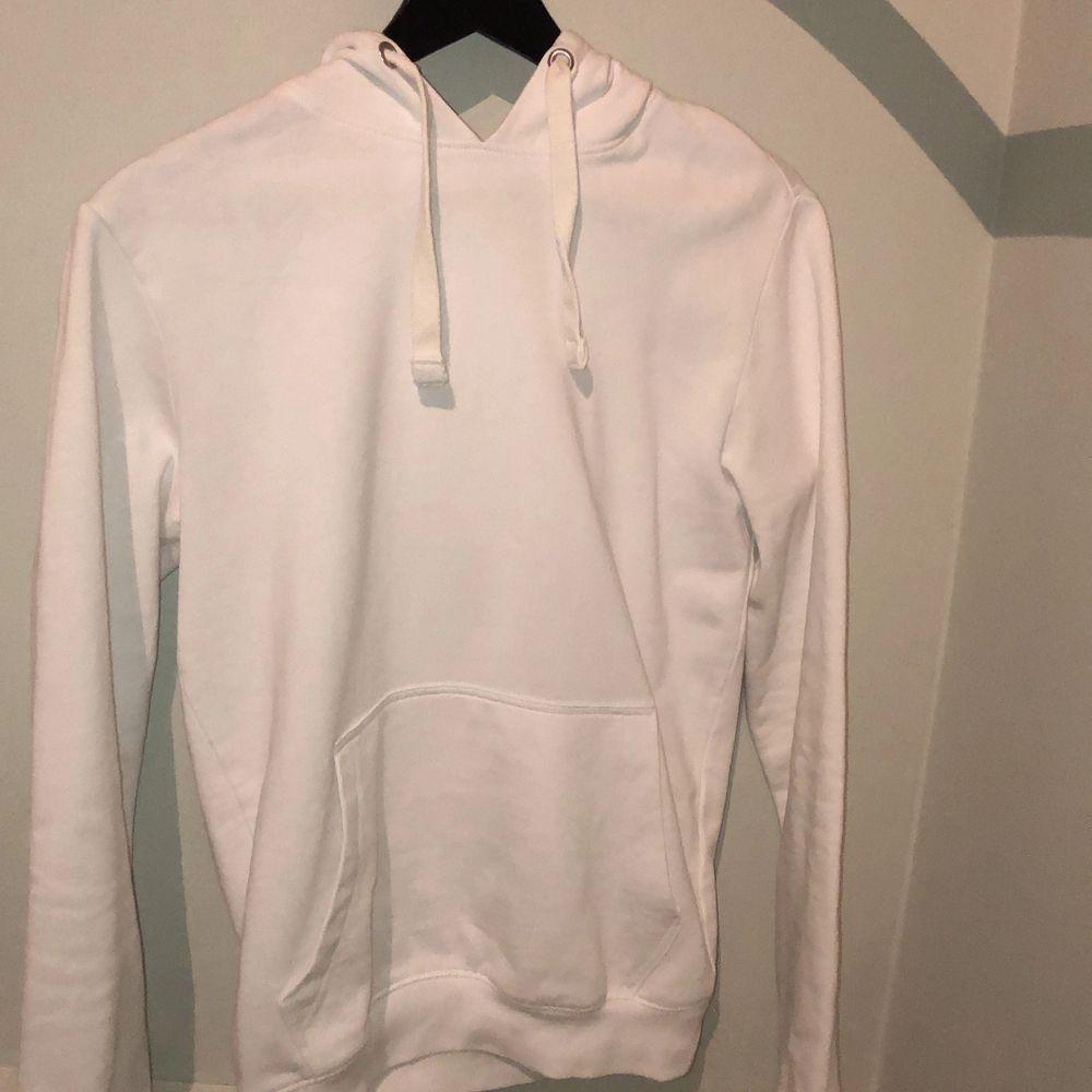 Säljer helt vit hoodie från YourTurn då passformen inte passar mig längre. Dock väldigt skön och går att matcha till många outfits!. Huvtröjor & Träningströjor.