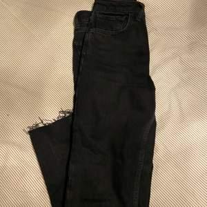 säljer tyvärr dessa super fina svarta mom jeansen från Zara, de är lite för stora för mig och kommer därför inte komma till användning! Köpta för 200kr, men ni kan gärna buda!
