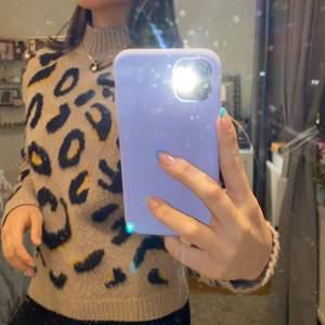stickad tröja med leo mönster.