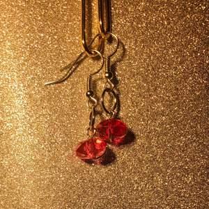 Hangjorda mörkrosa minimalistiska pärlörhängen med silverhägen✨✨