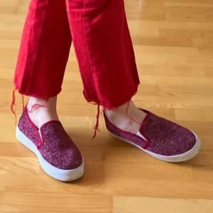 Ett par vinröda glittriga skor med lite platå. Jättefina!, men kommer tyvärr inte till användning:( Köparen står för frakten.💫💓