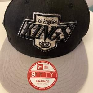 (LA) Los Angeles KINGS New Era keps. Helt oanvänd och den är äkta. Köpte i US många år sedan. Kan mötas eller fraktas 📦✨