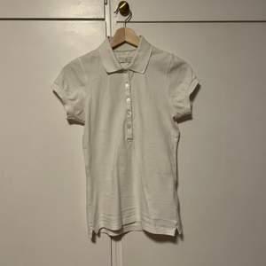 En vit Pikétröja från Henri Lloyd i storlek XS. 54kr för tröjan inklusive frakt💕