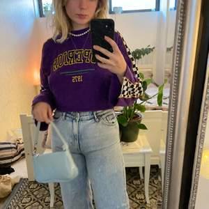 säljer denna crop sweatshirt från H&M. sweatshirten har 80s vibeas och är utsvängda i ärmarna ❣️