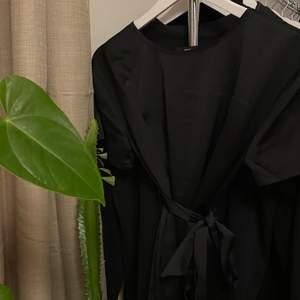 Jättesnygg (trendig) tröja med knyt i midjan (bandet sitter fast med två trådar) och ett lyxigt glänsande material! Nyskick. Storlek XS men som S! 120 med frakt, betalas med swish✨