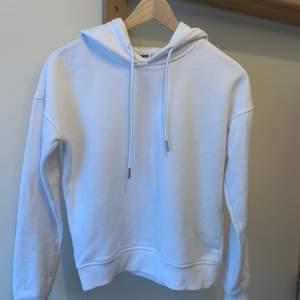 En fin vit hoodie från Urban Classics, använd några få gånger, säljer pga att jag rensar min garderob. Ordinarie pris: 295kr Storlek: xs Hör av er vid intresse eller för mer bilder♡ Pris är exklusive frakt. Frakt kostar 44kr