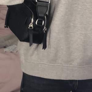 Säljer svart väska i svart-läder/skinn imitation som har bra med utrymme!  Använt några gånger men är fortfarande som ny!  Har två fack och även ett litet ytterfack på ena sidan 💕💥