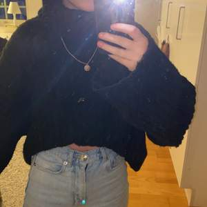 Säljer en svart stickad tröja med polokrage. Det är en croppad modell. Tröjan är använd väldigt lite (2-3 gånger) men är precis som ny. Storlek S och passar mig som vanligtvis bär storlek XS. Buda!💗