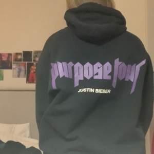 Jätte-ball Justin Bieber hoodie som har varit en stor favorit. Hans merch från hans Purpose Tour 2016 som jag köpte på second hand. Tryck på bröstet, armarna och ryggen💜💜 Tyvärr två små små fläckar på bröstet som va där när jag köpte den (se på bild 3), men knappt något man märker av enligt mig. Storlek L men passar alla under det också om man vill ja den lite oversized. Köparen står för frakt✨