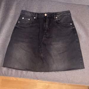 Svart jeanskjol, storlek 38, skulle säga passar eventuellt 36 också.