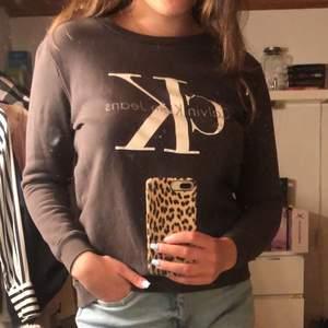 Snygg sweatshirt från Calvin Klein storlek S! Köpt i riktig CK butik i USA 🥰 Så himla snygg men tyvärr blivit lite liten på mig. Nyskick. 150 kr