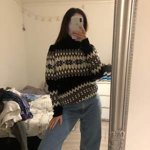 Super mysig stickad tröja som är polo. Kan ha den både kort och lång. Skriv vid intresse