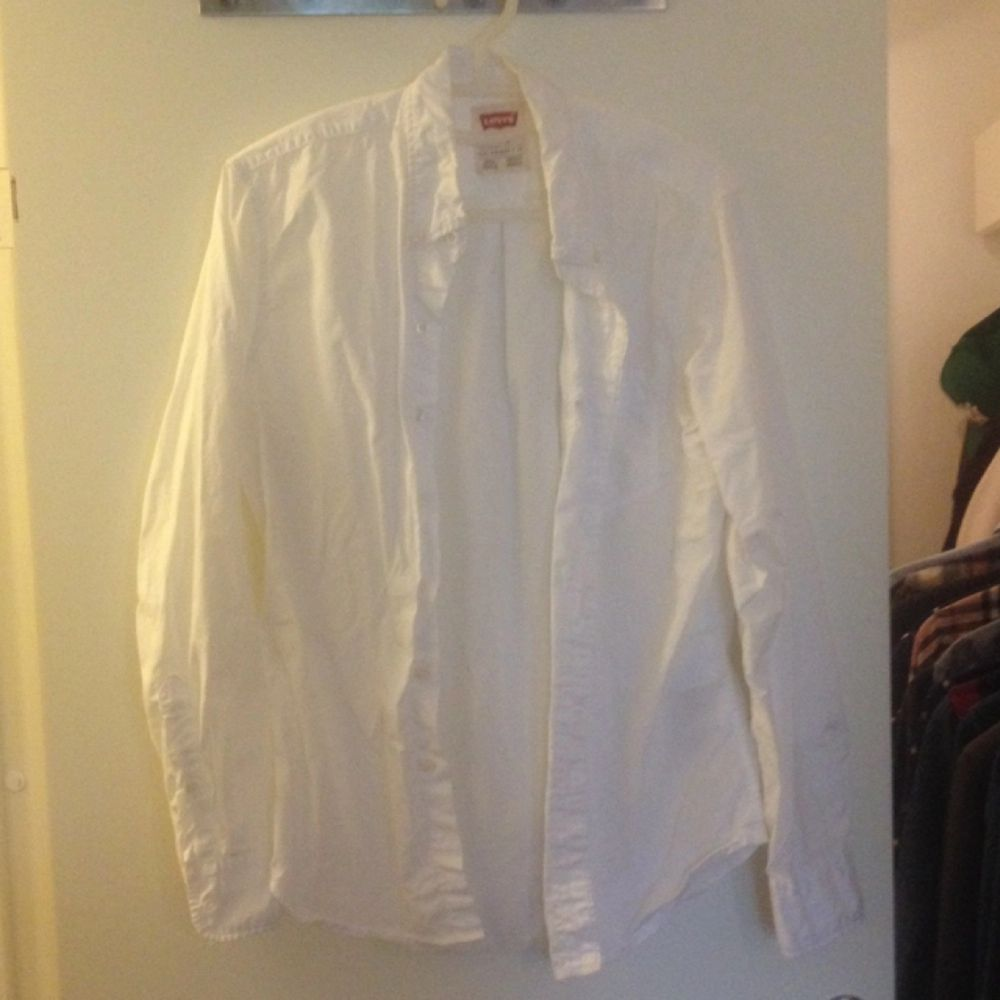 Levis vit skjorta. Skjortor.