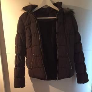 Jacka som kan användas som vinterjacka, höstjacka och vårjacka. Storlek S. Använd några gånger men har inga repor eller något, den är som i nyskick. Den är lite åt det olivgröna hållet.