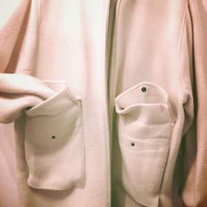 Oversize bomber jacka från H&M köpt förra året. Kan användas även under vintern. Exklusiv kollektion. Nypris 1300. Créme/beige-smutsvit färg.