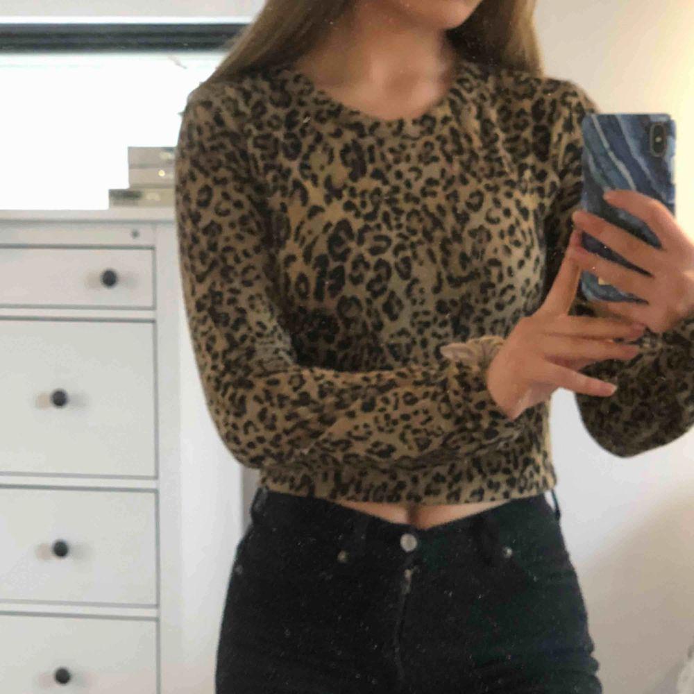 Jättefin leopardtröja från zara i S men passar även XS då den sitter tajt. Köpt för 300kr. . Tröjor & Koftor.