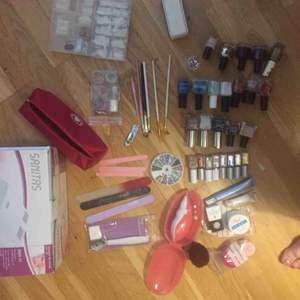 Säljer ett komplett uv nagel kitt med massor av olika saker! Inkl uv-lampa!!