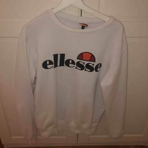 Säljer nu denna snygga ellesse tröja! I toppenskick! Fraktar eller möts upp i Sthlm!