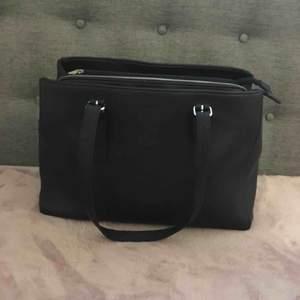 Säljer min superfina och smarta väska från Don Donna (köpte den på accent). Den har jättebra förvaring för små saker och skolmappar. Den har en läderimitation. Lite slitna på banden 💕