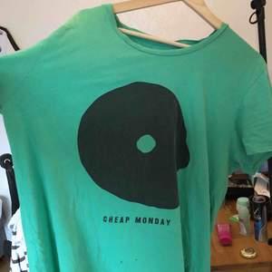 snygg tshirt från cheap money med coolt tryck  har ett hål på baksidan och två småååå på framsidan därav priset