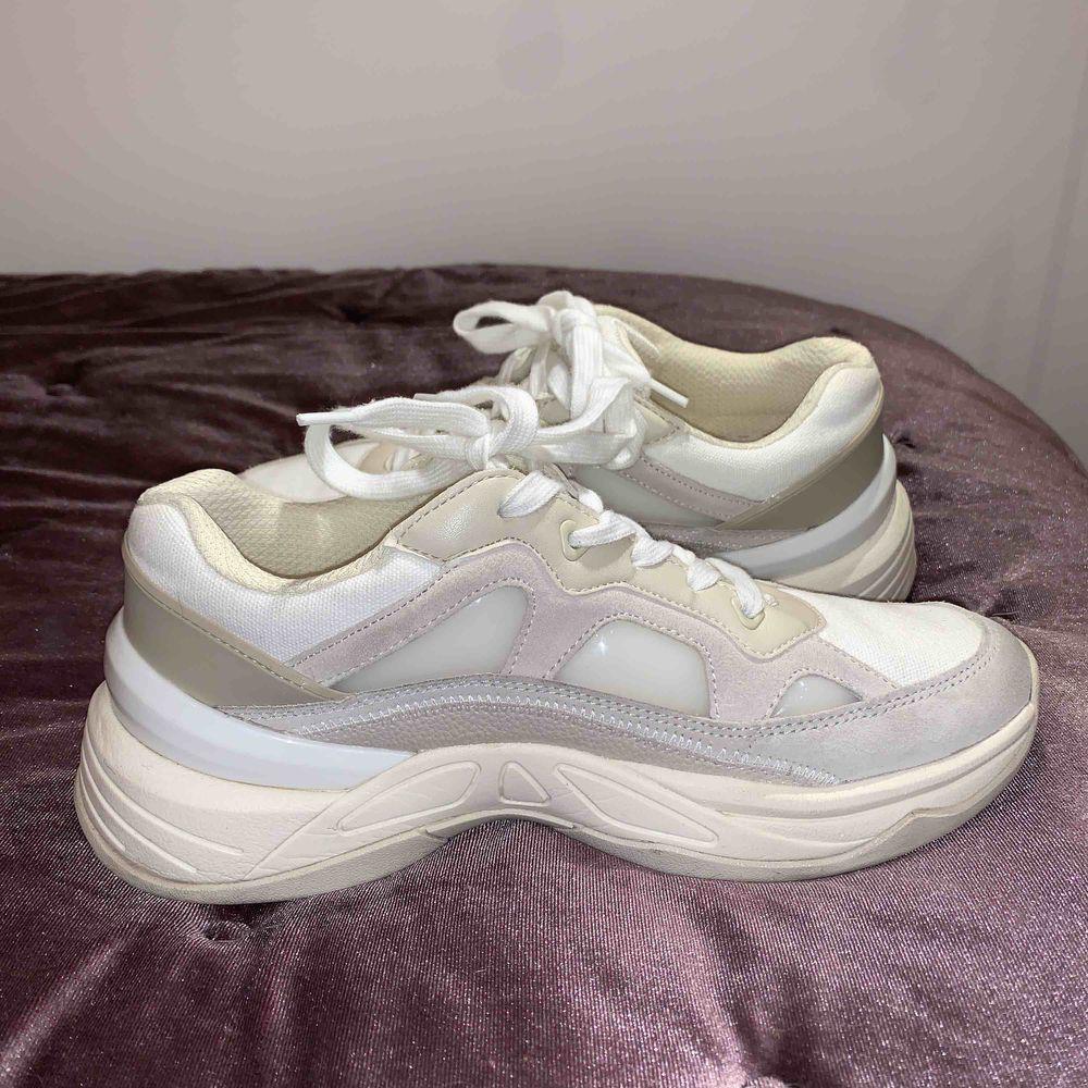 Sneakers från ZARA. Använda några gånger, men de är tyvärr för stora för mig. Inga fläckar på tyget.  Köpare står för frakten;). Skor.