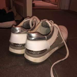 Ett par as snygga Michael kors sneakers i storlek 38, köpta för cirka 1.8k, säljer för att dem ej kommer till användning längre.