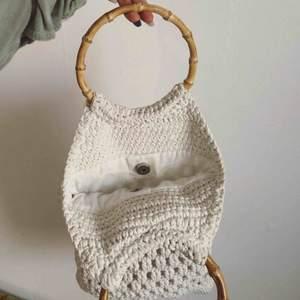 Virkad vit hobo väska med bambuhandtag.(jag har väldigt små händer) Gratis frakt 100kr