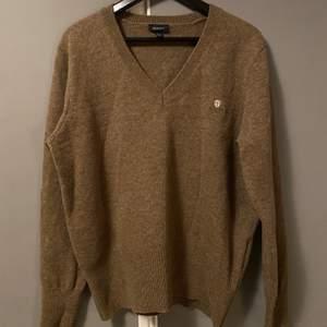 Säljer denna brun v-ringade stickade gant tröjan, storlek 38 men passar bra för både en 38/40.