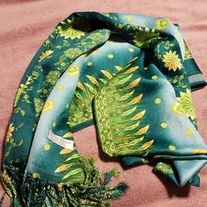 Super snygga halsduk med hippie mönster. Inte används ofta. Tillverkad ur kashmir. Har köpt av en vännina i Indien.
